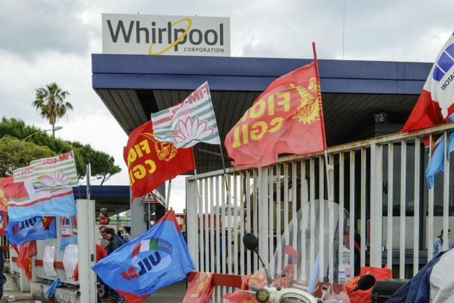 """Crisi Whirlpool, lo stabilimento di Napoli chiude. """"Porte aperte in Lombardia e a Varese"""""""