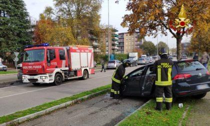 Due auto si scontrano e una finisce a ruote all'aria: un ferito