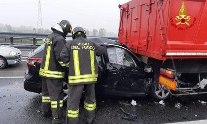 Auto tampona camion e si incastra sotto il cassone FOTO
