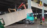 Urta la trave di un capannone che crolla sulla cabina del camion: autista miracolato FOTO