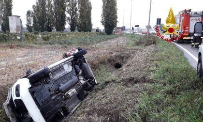 Auto ribaltata nel fosso, una donna in ospedale