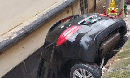 Perde il controllo dell'auto, sfonda un muretto e precipita per 4 metri FOTO