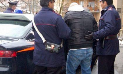 Adescava minori in rete con profilo falso poi ne abusava vestito da donna: arrestato