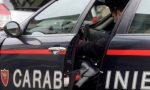 Prende a calci la compagna in strada: poi si scaglia contro i carabinieri