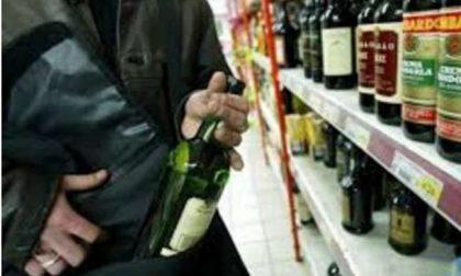 In due rubano liquori al supermercato, uno è minorenne