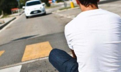 Planking challenge: continua la folle sfida dei giovani che si sdraiano in mezzo alla strada