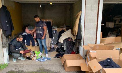 """Vestiti """"griffati"""" rubati e venduti al mercato di Belgioioso: sequestrati 1700 capi d'abbigliamento"""