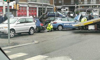 Schianto tra Bmw e Volante della Polizia: 4 feriti