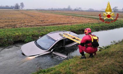Auto esce di strada e finisce in un canale pieno d'acqua: due feriti