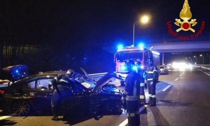 Perde il controllo dell'auto e si schianta contro il guard rail: due feriti