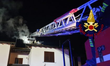 Canna fumaria in fiamme, arrivano i Vigili del fuoco