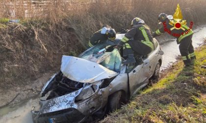 Con l'auto nel canale: 40enne soccorso e portato in ospedale