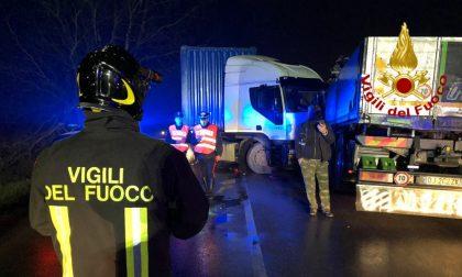 Schianto tra auto e due tir a Spessa Po: grave donna di 56 anni