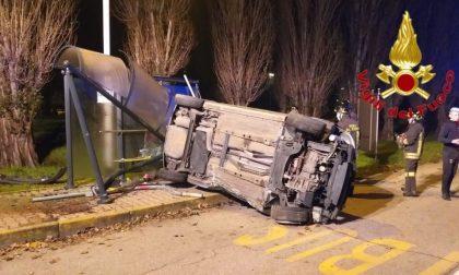 Auto si ribalta e travolge la pensilina dell'autobus: tre ragazzi feriti FOTO