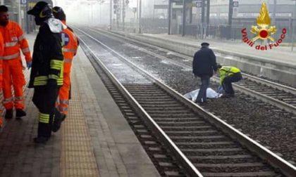 Investito dal treno mentre attraversa i binari, nello stesso punto di sempre