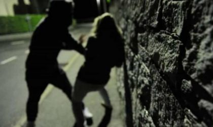 Studentessa 25enne aggredita e rapinata sotto casa