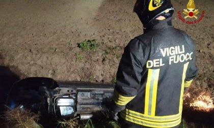 28enne si ribalta nel fossato e rimane incastrata nell'auto