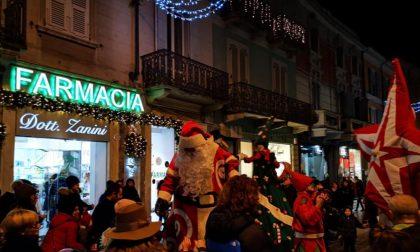Natale a Voghera: i personaggi delle fiabe arrivano sui trampoli FOTO