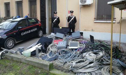 Scappano alla vista dei carabinieri: in auto diverso materiale rubato in un'azienda