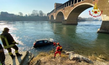 Non inserisce il freno a mano e l'auto finisce nel Ticino FOTO