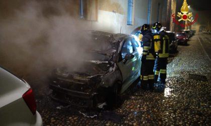 Auto parcheggiata in strada prende fuoco nella notte FOTO