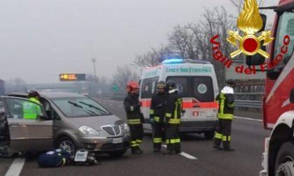Schianto tra due autovetture in A7: tre feriti FOTO