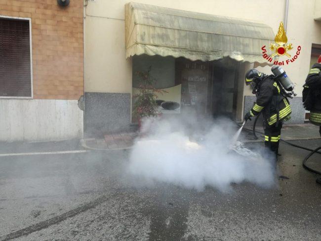 Prende fuoco un lettino per massaggi: incendio al centro estetico FOTO