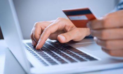 Con un raggiro riesce a farsi dare i codici di accesso al conto corrente e preleva 4.500 euro