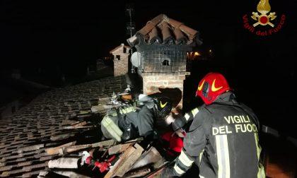 Canna fumaria a fuoco a Corteolona: fiamme sul tetto FOTO