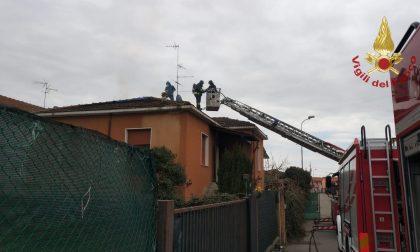 Vigili del fuoco in azione, brucia sottotetto a Casorate Primo FOTO