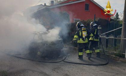Auto prende fuoco a Stradella: distrutta completamente dalle fiamme FOTO e VIDEO