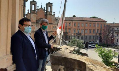 Giornata della Croce Rossa: la bandiera dell'Associazione sventola a Palazzo Mezzabarba