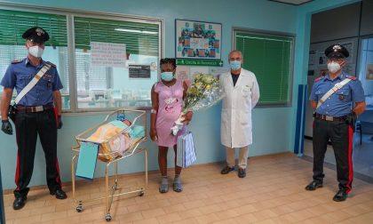Bimbo ha fretta di nascere: 27enne partorisce in auto aiutata dai Carabinieri