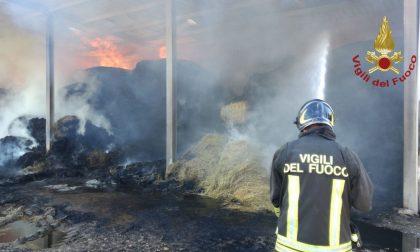 Scoppia un incendio nel fienile: a fuoco numerose rotoballe FOTO