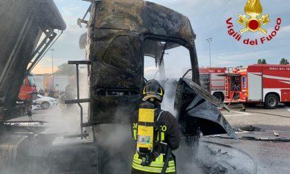 Boato in autogrill: camion in fiamme e autista 46enne ustionato