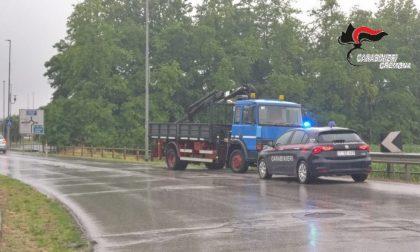Alla guida del furgone rubato si lancia dal mezzo in corsa mentre i Carabinieri lo inseguono