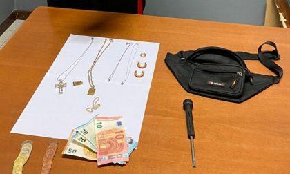Sorprende ladro in casa che scappa con gioielli e contanti, ma la fuga dura poco