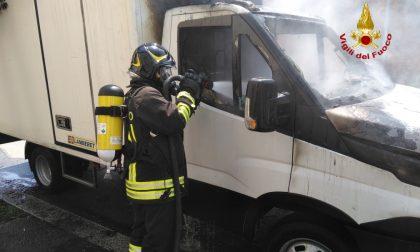 Furgone prende fuoco durante la marcia: arrivano i pompieri FOTO