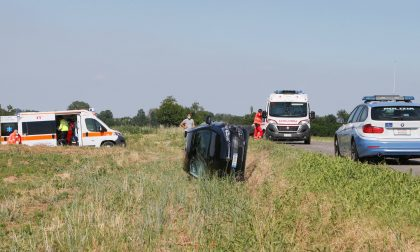 Tamponamento tra due auto, una finisce ribaltata in un campo