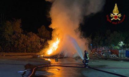 In fiamme l'isola ecologica di Montebellino, difficile intervento dei Vigili del fuoco FOTO E VIDEO