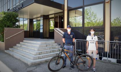 Gli rubano la bici: i poliziotti la ritrovano e gliela restituiscono