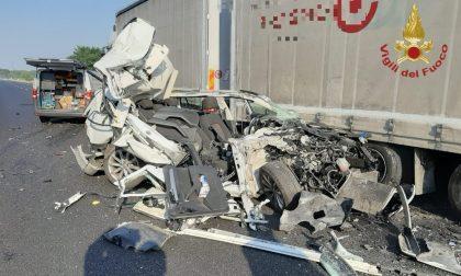 Schianto in A21 tra auto, furgone e mezzo pesante: conducente miracolato FOTO