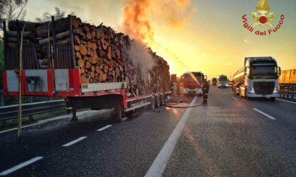 Incendio semirimorchio in A21: a fuoco grande quantità di legname FOTO