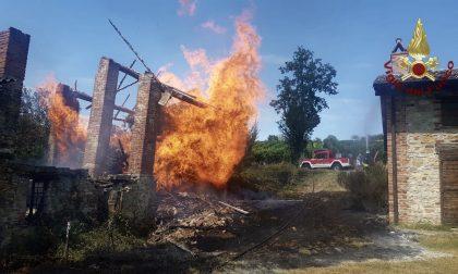 Incendio cascina a Santa Maria della Versa: a fuoco ingente quantità di legname
