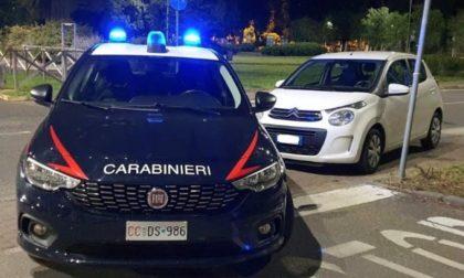 Vede i carabinieri e inizia una folle fuga: scoperto minorenne alla guida