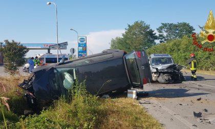 Scontro tra due vetture, una si ribalta: feriti un uomo e una donna FOTO