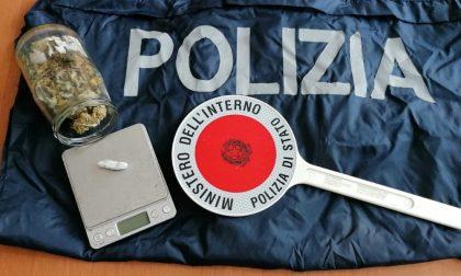 Viavai sospetto di persone in un condominio: scatta il blitz della Polizia