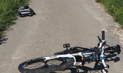 Accusa un malore e cade dalla bici, muore ciclista 55enne