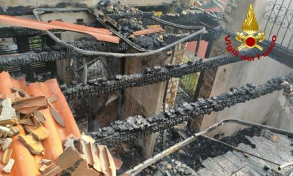 Incendio in un'abitazione, tetto e terzo piano completamente distrutti FOTO