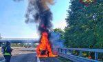 Vettura a fuoco in autostrada, sulla A7 arrivano i Vigili del Fuoco FOTO